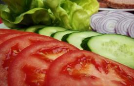 frische Tomaten & Gurken zum Belegen unser Hamburger