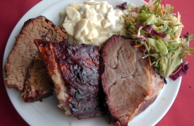 Spare Ribs, Beef Brisket und Pork Neck mit amerikanischen Kartoffelsalat