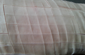 Spanferkel rautenförmig einschneiden.