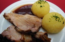 Spanferkel mit Kartoffelklöse - Spanferkel Grillen München